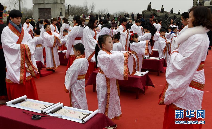 """(社会)(3)西安学童""""开笔破蒙""""体验传统文化"""