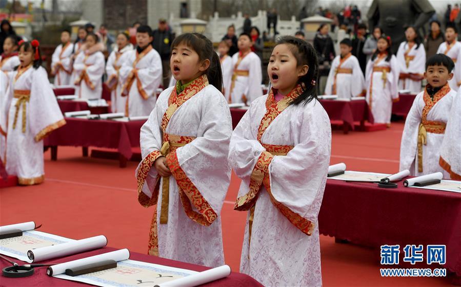 """(社会)(5)西安学童""""开笔破蒙""""体验传统文化"""
