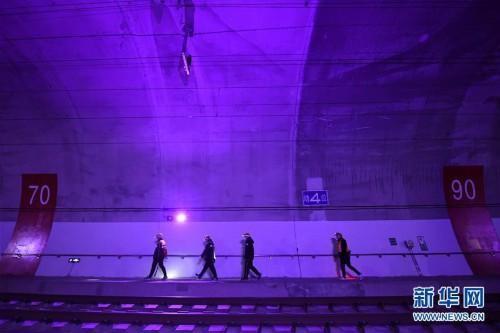 (关注春运)(3)夜访秦岭西成高铁隧道