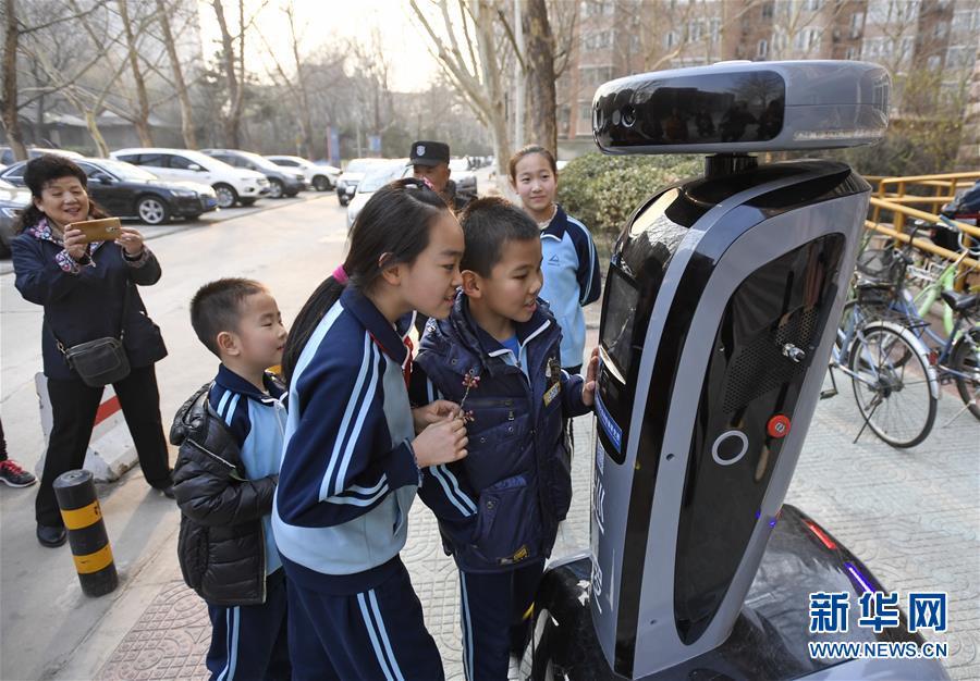 """(社会)(2)北京:""""机器人探长""""落户社区"""