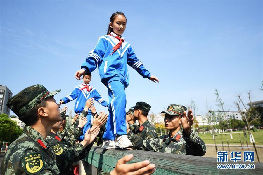 (社会)(1)重庆:感受军旅生活 接受国防教育
