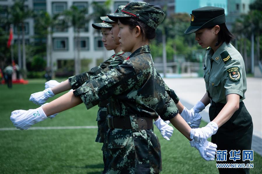 (社会)(1)解放军驻澳门部队举行澳门中学生国旗手训练营活动