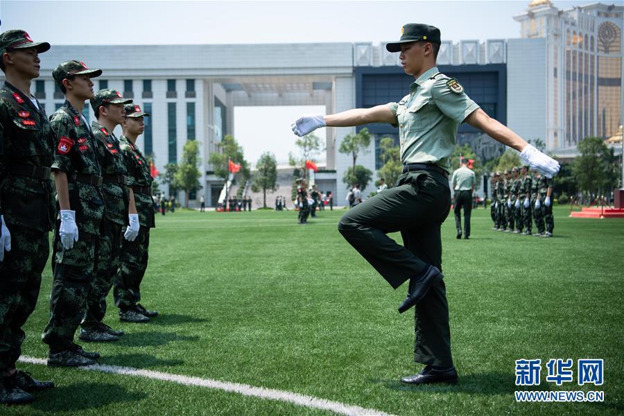 (社会)(2)解放军驻澳门部队举行澳门中学生国旗手训练营活动