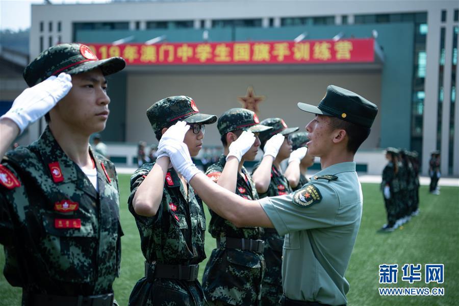 (社会)(3)解放军驻澳门部队举行澳门中学生国旗手训练营活动
