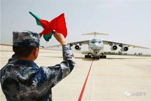 我国首次出动空军专机接马里任务区维和勇士(图3)