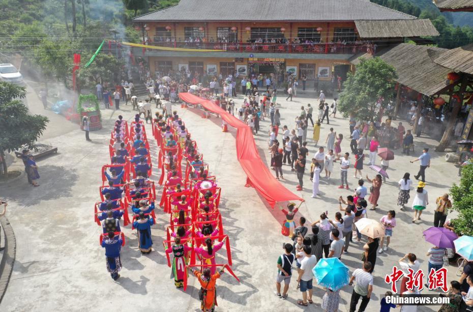 四川北川羌族民眾載歌載舞歡慶瓦爾俄足節