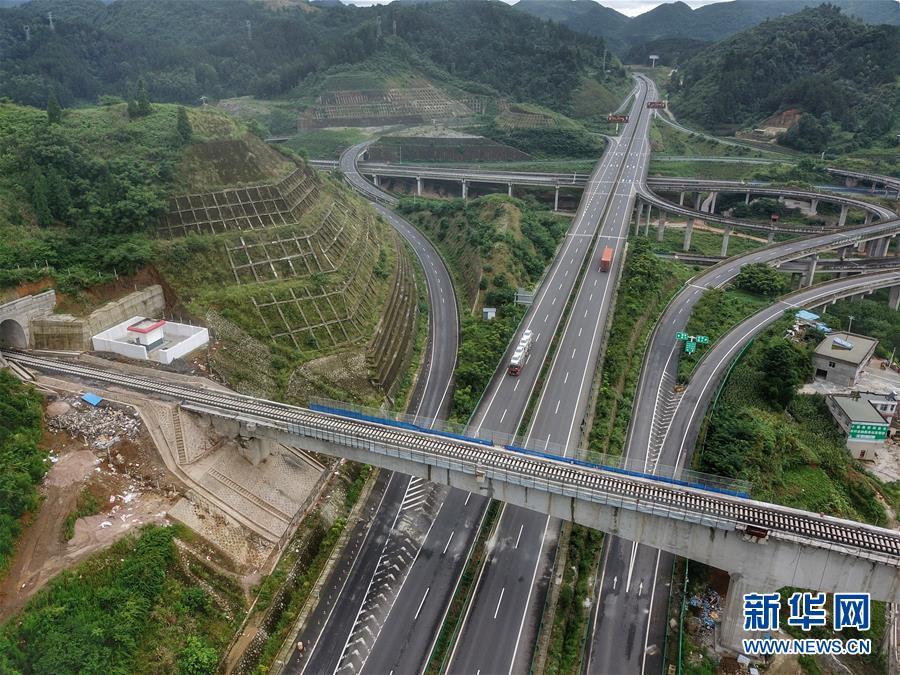 (社会)(1)贵州首条自建自营铁路铺轨完成