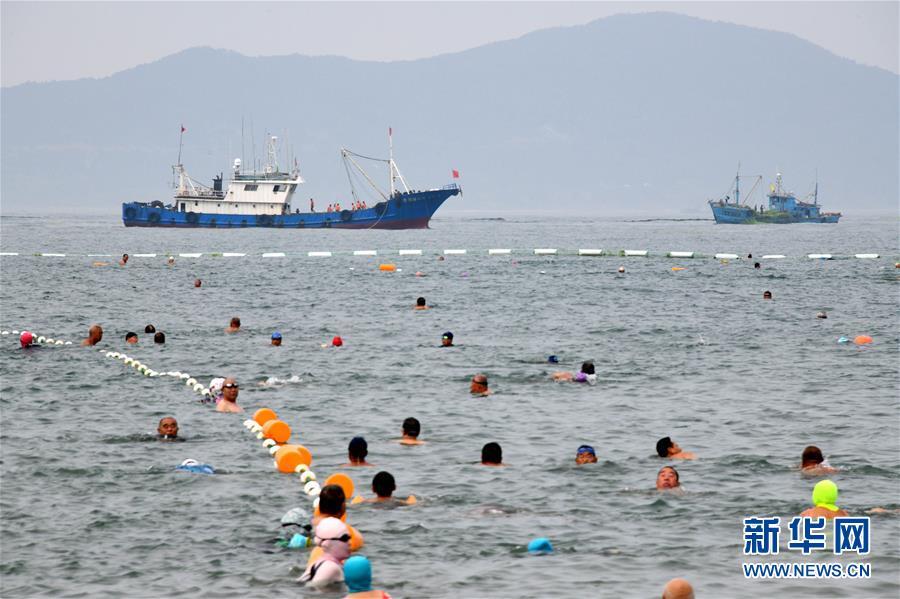 (社会)(1)青岛:清理海滩迎客来