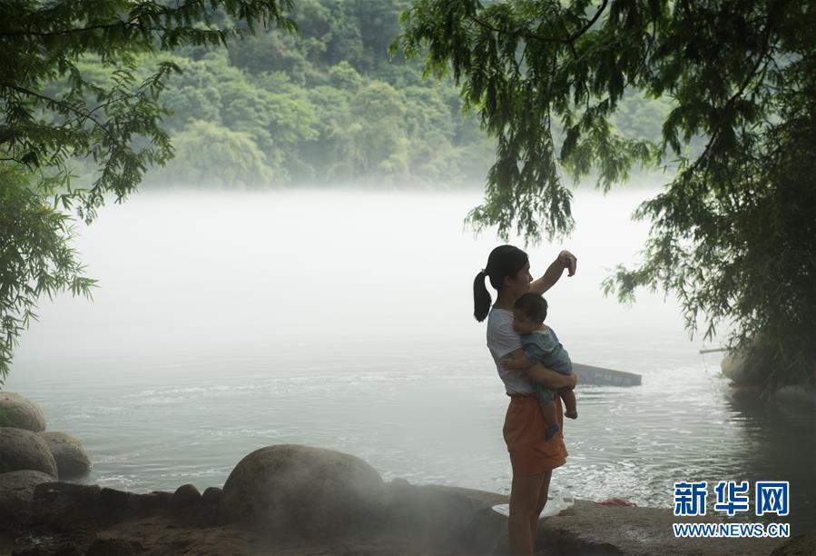 (社会)(2)浙江建德:江雾迷蒙好纳凉