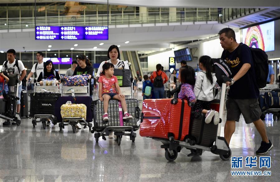 (港澳台·图文互动)(1)特写:提诉求请用嘴巴,而不是拳头——禁制令后香港国际机场见闻