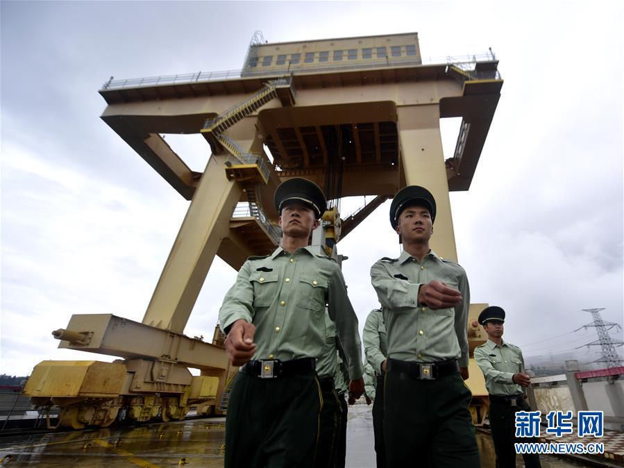 (新华网)(2)退伍战士站好最后一班岗