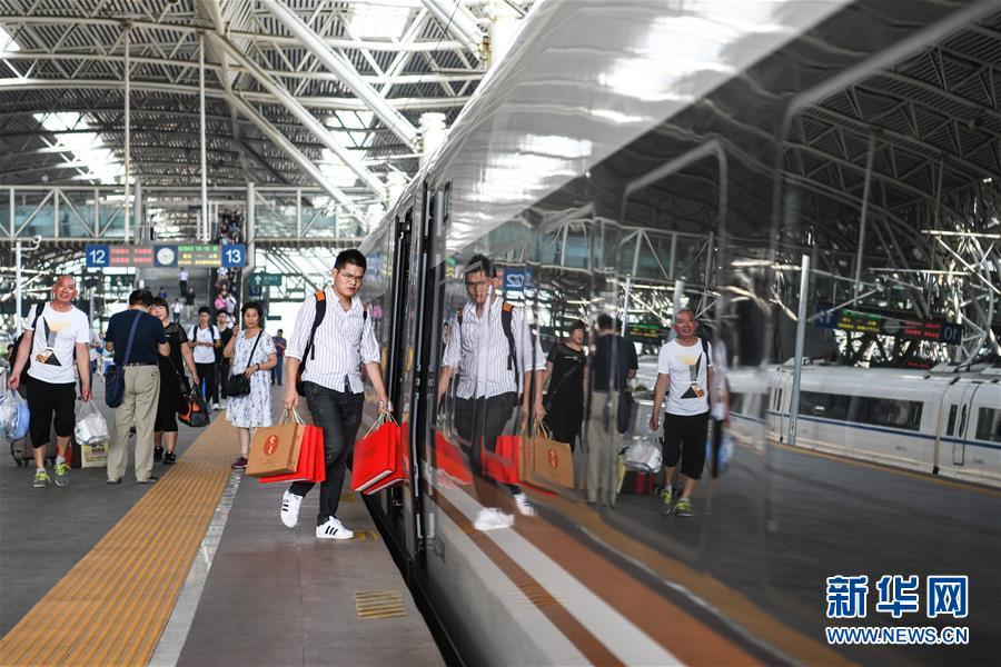 (社会)(1)南京铁路迎来中秋小长假客流高峰