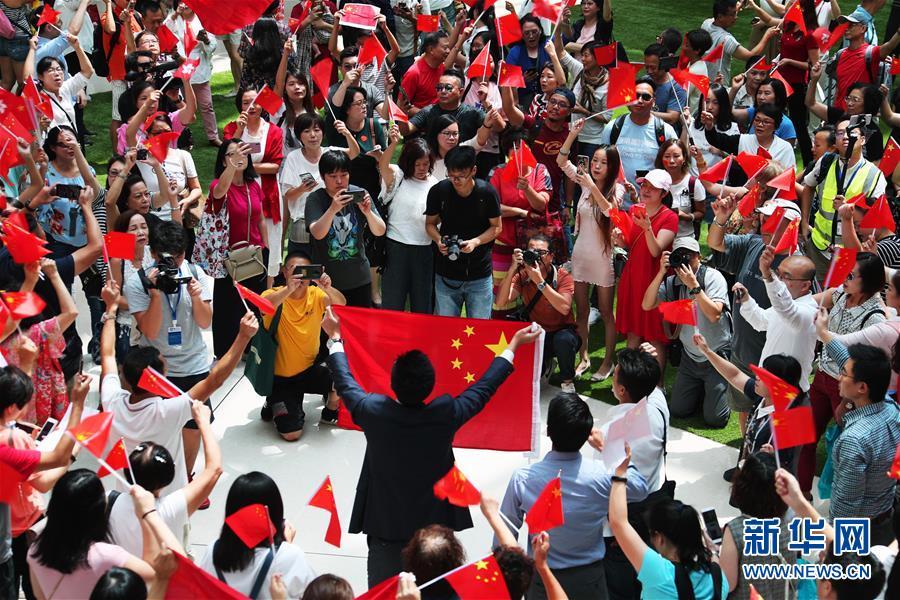 (社会)(3)香港举行爱国快闪活动