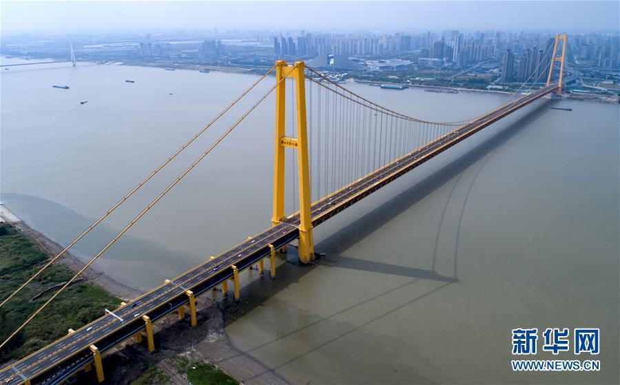 (经济)(1)长江上首座双层公路大桥通车