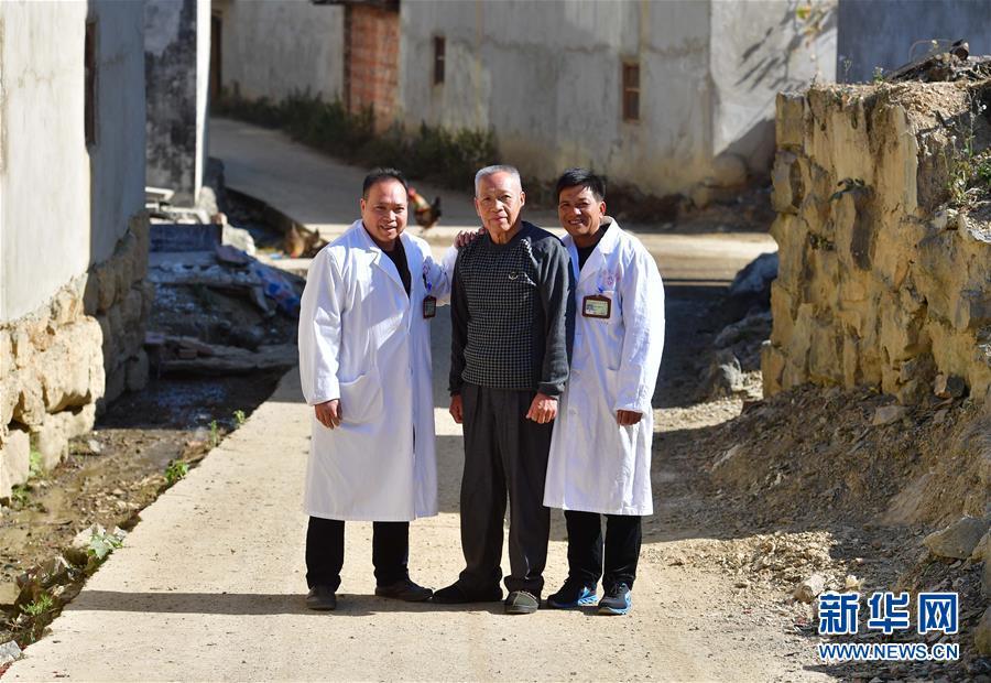 """(社会)(1)可爱的乡村——52年、20多辆车、数十万公里、10万人次——村庄里的""""父子兄弟""""村医"""