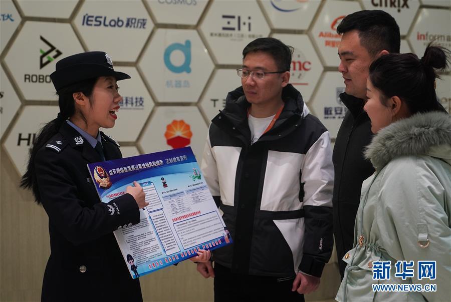 (社会)(2)南京:民警送法宣传进企业