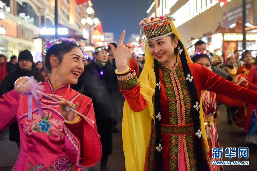 (社会)(1)乌鲁木齐:歌舞巡游喜迎新年