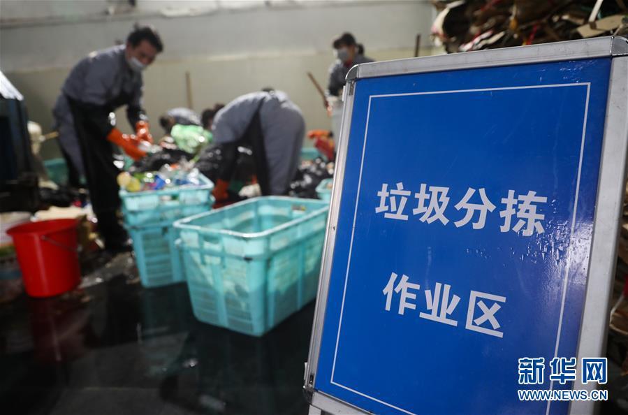 (关注春运)(1)上海火车站:垃圾分拣作业忙