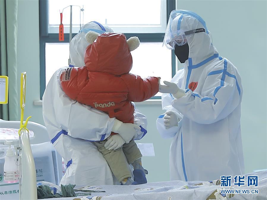 (聚焦疫情防控)(3)国内确诊的首例危重型新冠肺炎患儿康复出院