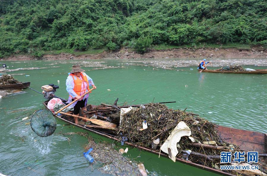 #(环境)(5)湖南张家界:清理漂浮物 守护美丽河道