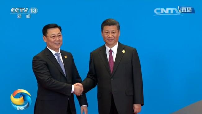 习近平与蒙古国总理额尔登巴特握手。