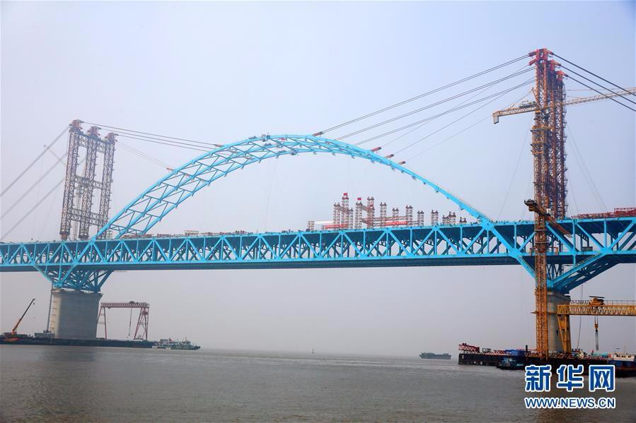 #(经济)(1)世界最大跨度公铁两用钢拱桥主拱合龙