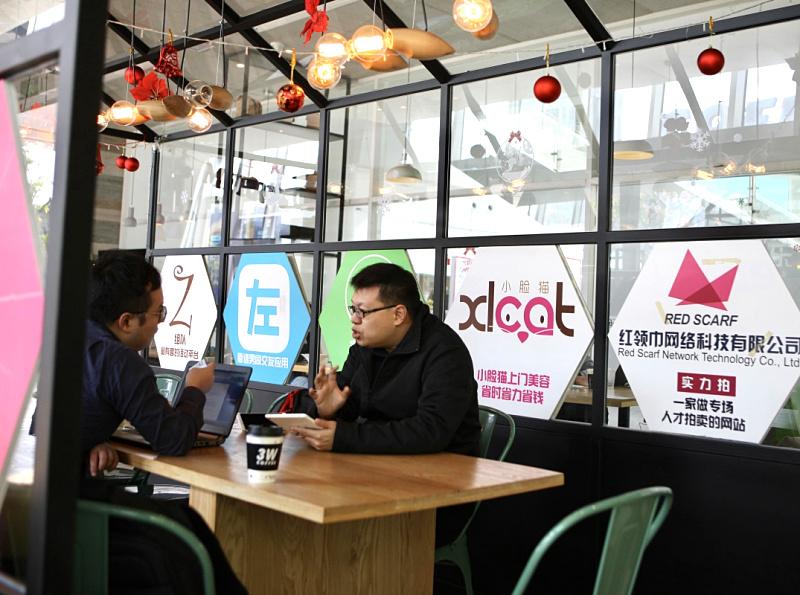 前海云端容灾信息技术有限公司的创始人李德豪(右)在接受记者的采访(12月15日摄)。