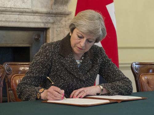 英国首相特蕾莎·梅签署启动脱欧的信函。(图片来源:英国首相府官方社交网络账号)