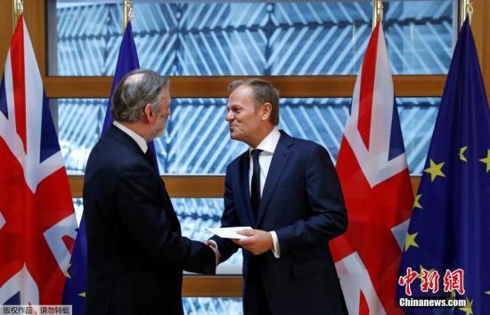 """英国首相特蕾莎·梅28日晚间签署英国启动""""脱欧""""程序的通知信函,这份信函在29日午间由英国驻欧盟大使蒂姆?巴罗递交至欧洲理事会主席图斯克手中。"""