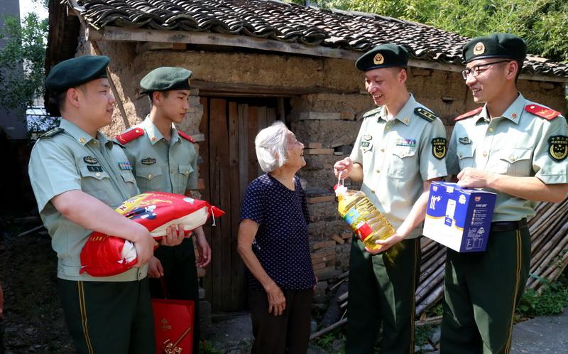 走访慰问孤寡老人 用真情温暖驻地群众
