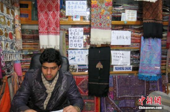 """资料图:尼泊尔店铺秀""""时尚中文""""揽客。<a target='_blank' href='http://www.chinanews.com/' _fcksavedurl='http://www.chinanews.com/'></table><p align="""