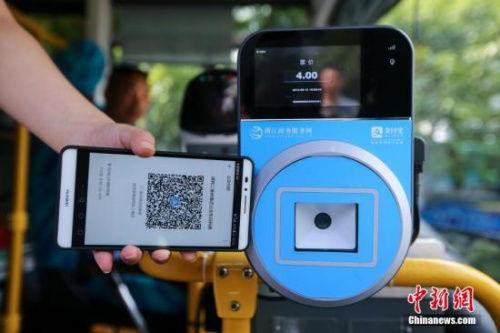 资料图:民众乘坐交通工具出行时使用手机支付。<a target='_blank' data-cke-saved-href='http://www.chinanews.com/' href='http://www.chinanews.com/'><p align=