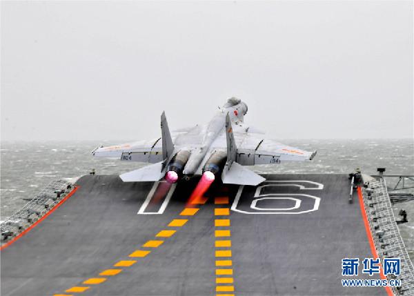 歼-15舰载战斗机从辽宁舰滑跃起飞。张凯 摄   9月末,某机场内,战机轰鸣。巨大的响声仿佛差一点儿就会将耳膜刺穿,让人不禁抬手捂住双耳。   刚刚结束飞行训练的戴明盟,将有着飞鲨美誉的歼-15战机稳稳地滑入了机棚。凝望飞鲨,身姿傲然,尾翼上那两个腾跃而起的鲨鱼形象颇有几分萌宠意味,着实吸睛。在战机上涂注动物形象,这在我军历史上尚属首次。   搭着扶梯从战机上下来后,戴明盟一边摘下飞行头盔,一边缓缓向我们走来。中等个头,眉头深锁,一脸严肃,但眼神却很有杀伤力。   这么大的风,你