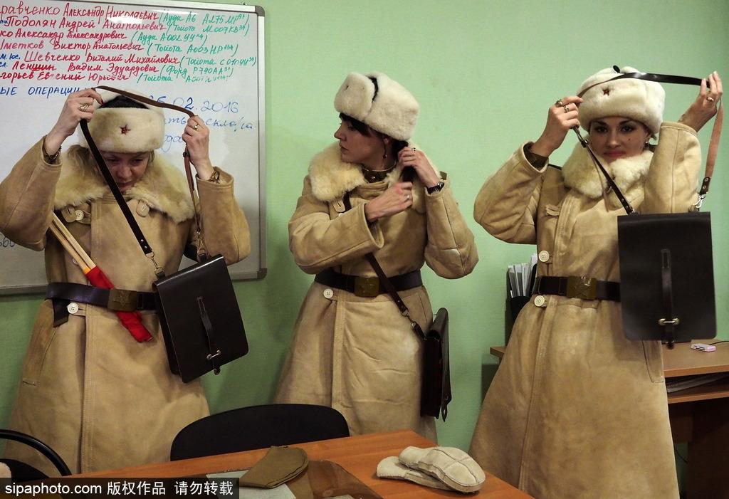 俄罗斯女交警身着二战服饰现身街头指挥 纪念斯大林格勒战役胜利73周年