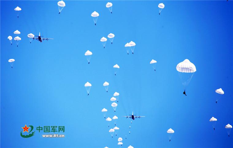 飞机在空中矢量图片