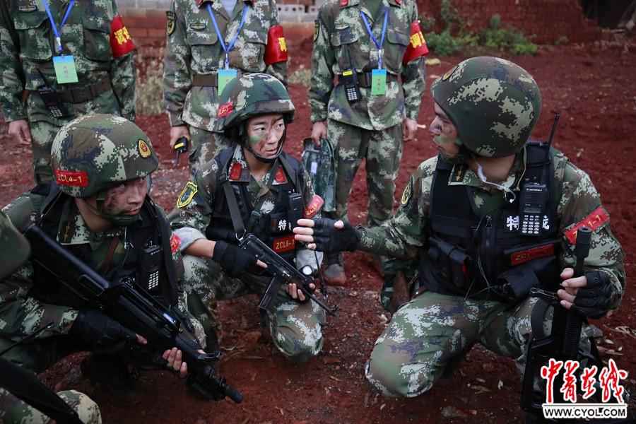 看武警特战女兵如何冲出 魔鬼训练周图片