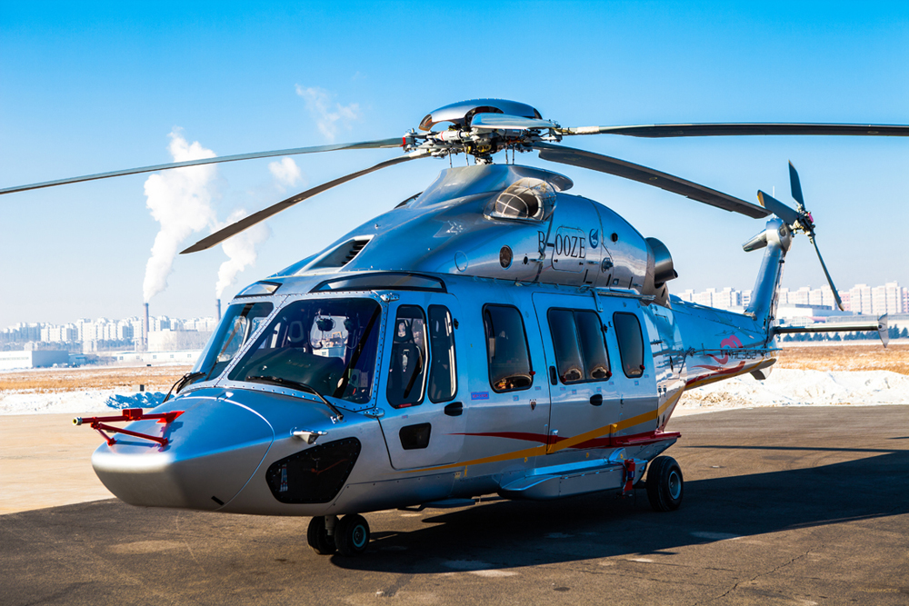 12月20日,先进中型多用途直升机 AC352在哈尔滨南郊的哈飞机场成功首飞。岳书华 摄影   人民网哈尔滨12月20日电 20日,由中航工业最新研制的先进中型多用途直升机AC352在哈尔滨南郊的哈飞机场成功首飞。作为代表当今世界最先进水平的中型直升机之一,它的问世填补了中国民用直升机7吨级谱系的空白,是国产直升机家族中的一颗新星,是民族直升机工业60年发展的巅峰之作,是践行国家创新驱动战略的成功典范,必将对促进我国直升机工业和通航产业发展发挥重要作用。   AC352直升机采用双发动机、宽机身设计