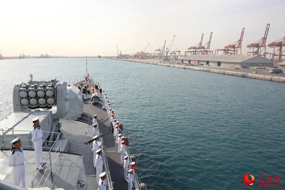 编队哈尔滨舰驶入沙特吉达港。王长松摄影