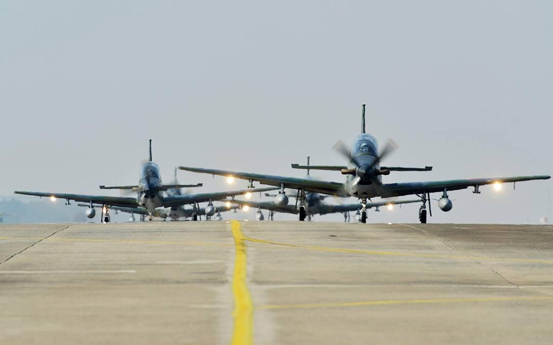 韩国空军举行演习 两代战机齐上阵