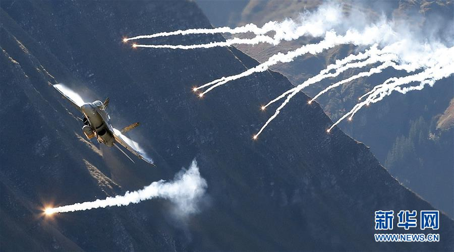 (国际)(1)瑞士空军在阿尔卑斯山区进行训练表演