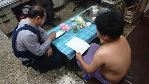 警察在路边发现一名男童打赤膊哭泣 赶紧带回派出所。台湾《联合报》记者周宗祯/摄