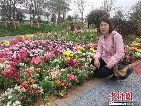 游客与咤紫嫣红的花朵合影。 苏路程 摄
