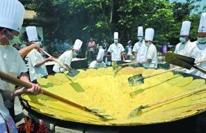 十多名厨师在做巨无霸藤三七煎蛋。