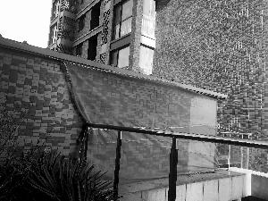 楼顶墙砖脱落 砸到楼门口 将与开发商沟通或用公