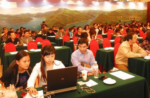 """来宾们在风景如画的浙东大峡谷的背景画前参加""""如意杯""""首届中国十大当代徐霞客评选活动启动仪式。"""