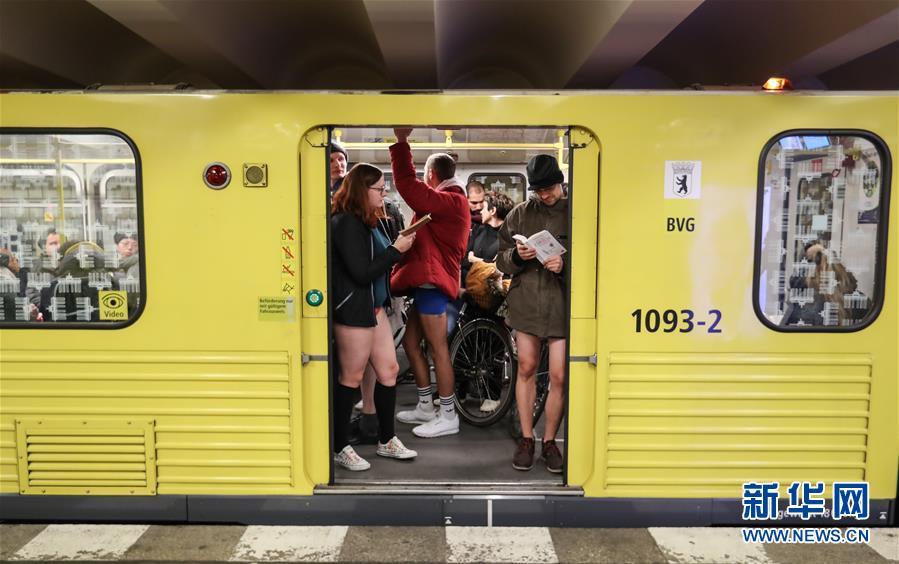 """(国际)(4)柏林举行""""不穿裤子搭地铁""""活动"""