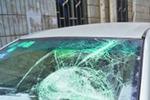 男子手持铁棍疯狂砸车9车遭殃宝马被砸3棍(图)