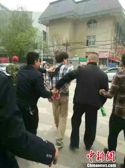 陕西延安大学一学生在校门口被捅伤嫌疑人被控制