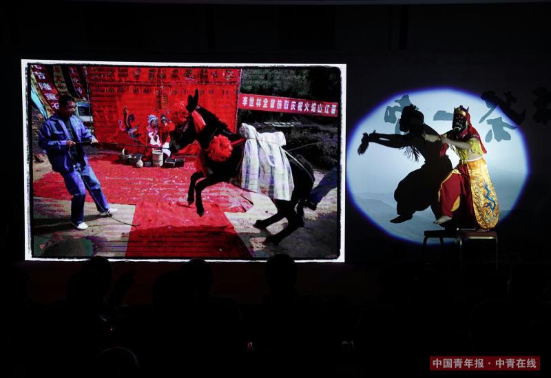 伴随着《原乡》系列作品的展示,来自安徽池州的乡土演员表演傩舞。中国青年报·中青在线记者 陈剑/摄