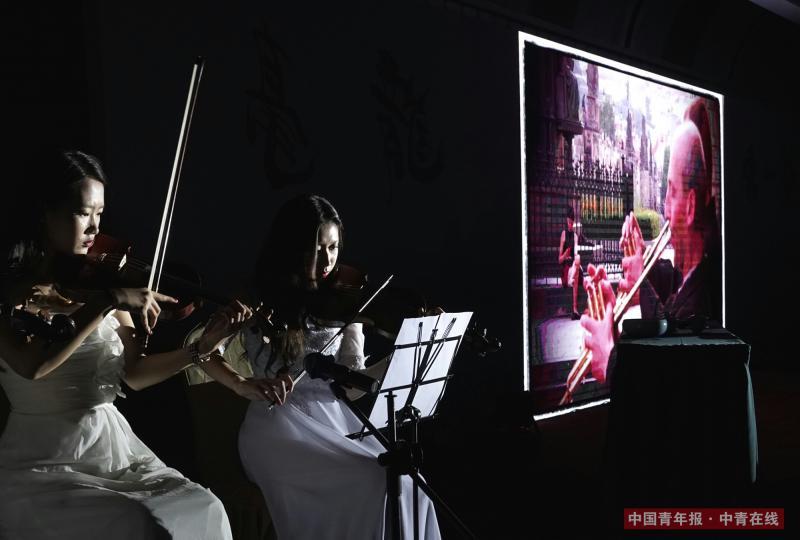 小提琴的演奏,伴随着《行板》系列作品的展示。中国青年报·中青在线记者 陈剑/摄